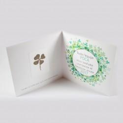 Carte voeux carrée avec trèfle à 4 feuilles séché véritable